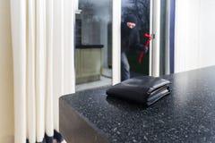 Einbrecher mit einer Brechstange Stockbilder