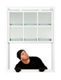 Einbrecher: Oben schauen beim Betreten des Fensters Lizenzfreie Stockfotos