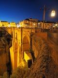 Einbruch der Nacht an der berühmten neuen Brücke in Ronda, Andalusien lizenzfreie stockfotografie