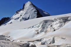 Einbuchtung-d'Herens und Gletscherspalten am Durchlauf lizenzfreies stockfoto