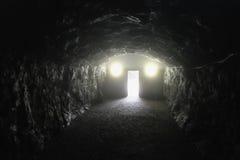 Eind van de donkere tunnel Stock Foto
