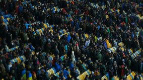 Eind van voetbalspel, duizenden sportenventilators die stadion na gelijke verlaten stock video