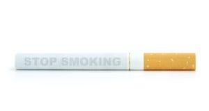 Einde die, sigaret roken die op witte achtergrond wordt geïsoleerd stock fotografie