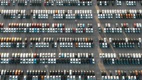 Eindeloos modern fabrieksparkeerterrein met auto's het witte merken stock footage