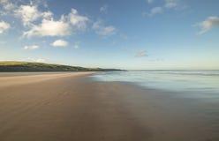 Eindeloos Sandy Coast in Wales, het UK stock foto's