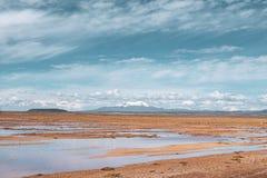 Eindeloze landschappenspiegel van hemel in Salar de Uyuni stock afbeelding