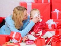 Eindeloze Liefde Ouderschap als uitdaging en voltooiing Moederspel met de leuke dochter van de babypeuter Geniet van kinderjaren stock afbeelding