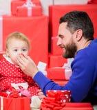 Eindeloze Liefde Ouderschap als uitdaging en voltooiing Ouderschapdoelstellingen Vaderspel met de leuke dochter van de babypeuter stock afbeeldingen
