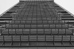 EINDELOZE LIJN VAN VENSTERS OP EEN BUREAUgebouw Stock Fotografie