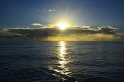 Eindeloze oceaan met de prachtige zonsondergang die die door het kunstwerk varen door God wordt gemaakt royalty-vrije stock afbeelding