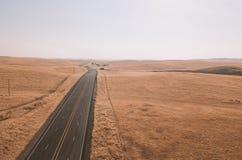 Eindeloze weg aan de horizon door de Doodsvallei royalty-vrije stock afbeelding