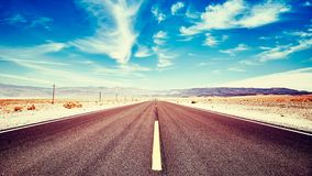 Eindeloze woestijnweg in de Doodsvallei, de V.S. stock foto's