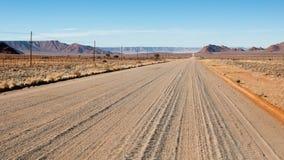 Eindeloze zandweg in Namibië stock foto's
