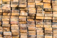 Einden van houten die stralen op elkaar worden gestapeld stock foto's