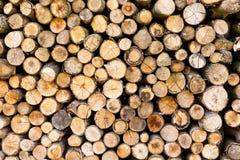 Einden van logboeken houten achtergrond toning Hout in de stapel - Beeld royalty-vrije stock afbeelding