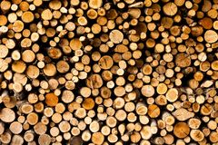 Einden van logboeken houten achtergrond toning Hout in de stapel - Beeld stock afbeelding