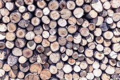 Einden van logboeken houten achtergrond toning Hout in de stapel - Beeld royalty-vrije stock afbeeldingen
