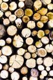 Einden van logboeken houten achtergrond toning Hout in de stapel - Beeld stock afbeeldingen