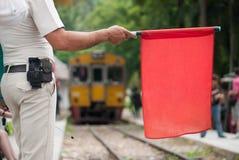 Eindesignaal (rode vlag) voor de trein van Thailand stock foto's