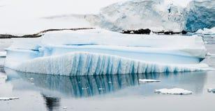 Eindeutig verwitterter Eisberg Stockbilder