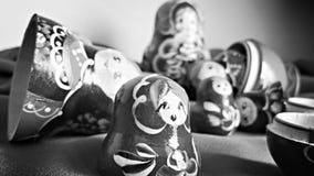 Eindeutige russische verschachtelte Puppe (Matryoshka) im Weiß, die nah zusammen wie eine Familie platziert werden Stockfotos