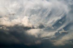 Eindeutige Wolkenanordnung Stockfotos