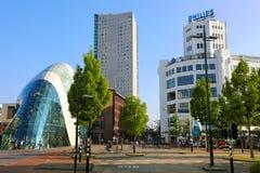 EINDHOVEN, NEDERLAND - JUNI 5, 2018: Dagmening van het oude Philips-fabrieksgebouw en de moderne futuristische bouw in de stad stock afbeelding