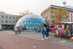 EINDHOVEN NETHERLAND - OKTOBER 17, 2017: Eindhoven Cityscape med Primark i bakgrund och Amerika shoppar i dag i förgrund Royaltyfria Bilder