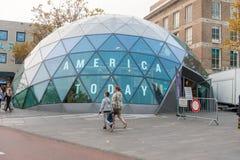 EINDHOVEN NETHERLAND - OKTOBER 17, 2017: Eindhoven Cityscape med Primark i bakgrund och Amerika shoppar i dag i förgrund Royaltyfria Foton