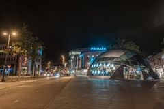 EINDHOVEN NETHERLAND - OKTOBER 17, 2017: Eindhoven nattCityscape Amerika i dag och Primark shoppar i bakgrund Arkivbild