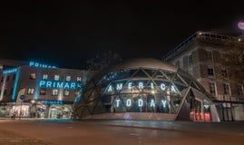 EINDHOVEN NETHERLAND - OKTOBER 17, 2017: Eindhoven nattCityscape Amerika i dag och Primark shoppar i bakgrund Royaltyfria Foton