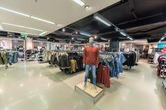 EINDHOVEN NETHERLAND - OKTOBER 17, 2017: Eindhoven Primark shoppar inre Netherland Arkivbilder