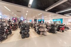 EINDHOVEN NETHERLAND - OKTOBER 17, 2017: Eindhoven Primark shoppar inre Netherland Arkivbild