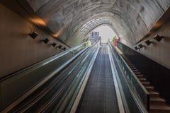 EINDHOVEN, PAÍSES BAIXOS - 29 DE AGOSTO DE 2016: Entrada a um estacionamento subterrâneo da bicicleta no quadrado de 18 September imagem de stock royalty free