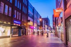 EINDHOVEN, PAÍSES BAIXOS - 29 DE AGOSTO DE 2016: Rua pedestre no centro de Eindhoven, Netherland imagens de stock