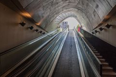 EINDHOVEN, PAESI BASSI - 29 AGOSTO 2016: Entrata ad un parcheggio sotterraneo della bicicletta al quadrato di 18 Septemberplein d immagine stock libera da diritti