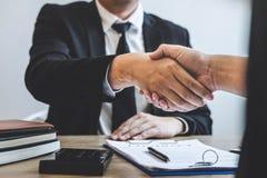 Eindigend aan succesvolle overeenkomst van onroerende goederen, Makelaars en cliënt het schudden handen na het ondertekenen van c royalty-vrije stock foto