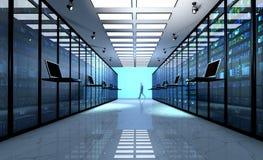 Eindmonitor in serverruimte met serverrekken in datacenter Stock Fotografie