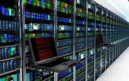 eindmonitor in serverruimte met serverrekken in datacenterbinnenland Royalty-vrije Stock Afbeelding