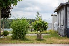 Eindrücke auf einem Campingplatz an einem sonnigen Tag lizenzfreie stockfotografie