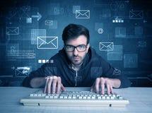Eindringling, der E-Mail-Passwortkonzept zerhackt Lizenzfreie Stockfotografie