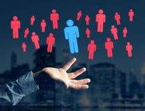 Eindringling in einer Gruppe Netzleuten - Geschäft und Kontakt legen herein stockfotos
