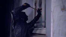 Eindringling oder Einbrecher mit Brechstange stock video