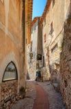 Eindruck der schmalen Stra?en in der alten Mitte des malerischen mittelalterlichen franz?sischen Dorfs von Eze stockfotos