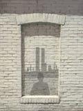 Eindruck des Mannes im Fenster, das an New- Yorkskylinen blickt Lizenzfreies Stockbild