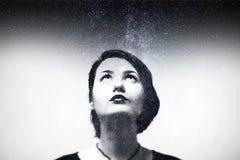 Eindrucksporträt der Zusammensetzung des jungen Mädchens mit nächtlichem Himmel Stockbilder