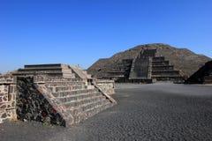 Eindrucksvolle Ansicht zur Pyramide des Mondes Stockbild