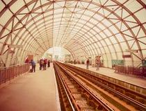 eindrucksvolle Architektur auf Basarab-Brücken-Tramstation von Bukarest stockfotografie