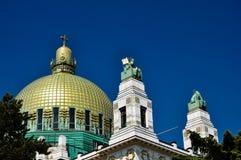 Eindrucksvolle Art DecoKirche mit goldenem cuppola Lizenzfreie Stockfotos