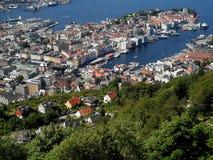 Eindrucksvolle Landschaft von Bergen& x27; s-Hafen und das Abhangwohngebiet, Bergen Stockfoto